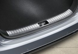 Trunk sill trim line, brushed