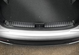 Trunk sill trim line, piano black